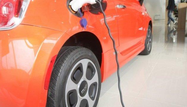 попит на електромобілі зростає